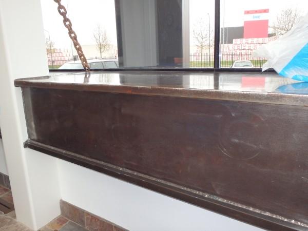 Stalen vensterbanken samengesteld uit platen en strip. Platen zijn geslepen en behandeld maar niet gecoat